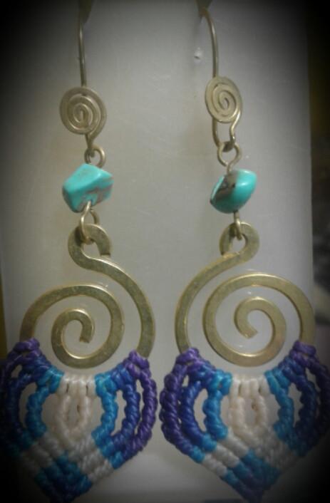 Aretes/Pendientes en bronce (Filigrana peruana) y macramé