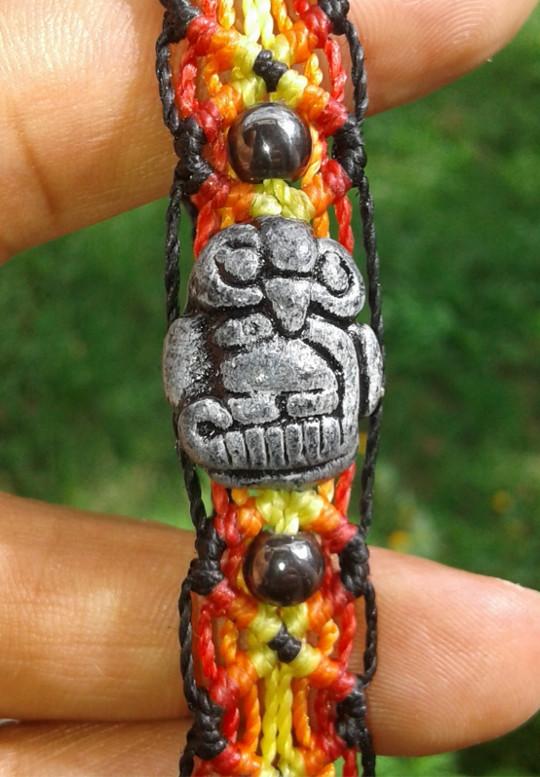 Pulsera en macramé con figura de estatuaria del macizo (El águila y la serpiente)