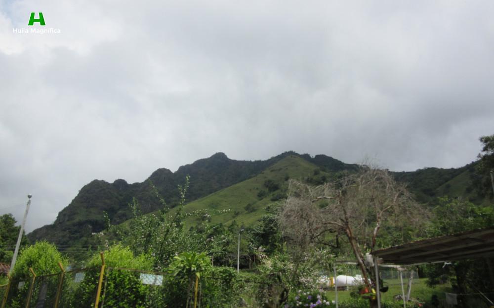 El Cerro de la Cruz visto desde el casco urbano de Santa María