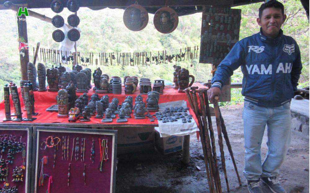 Artesanías de arcilla, replicas estatuaria, bordones de guadua, llaveros y pulseras