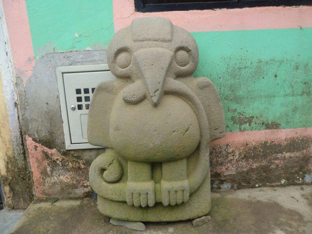 Águila con una serpiente en sus garras (Réplica de la estatuaria del macizo)