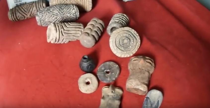 Rodillos en piedra, esculturas pequeñas, poporo y narigueras.