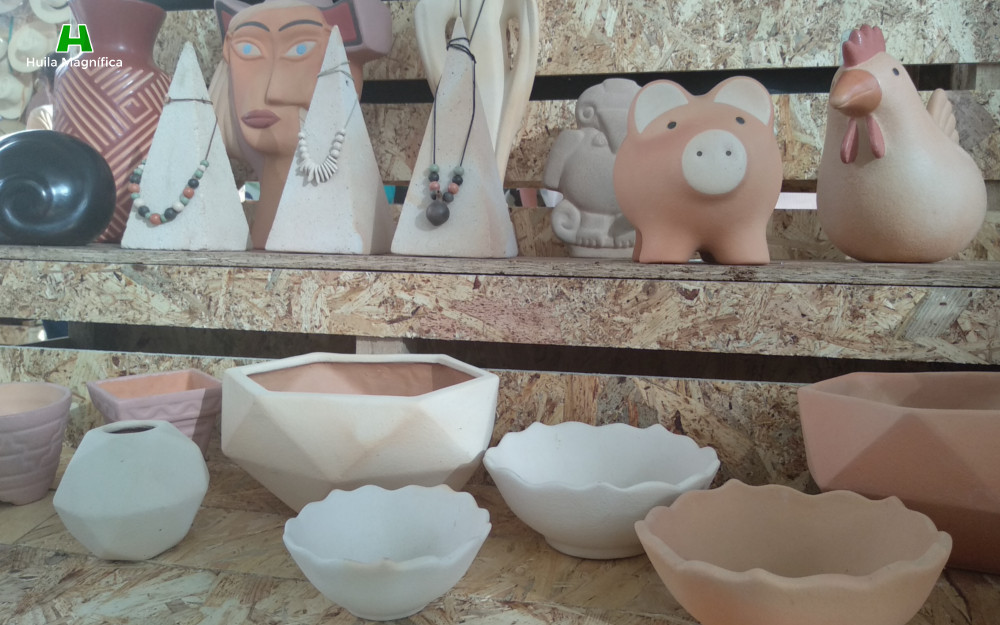 Vasijas, esculturas, replicas de estatuaria agustiniana, animales en cerámica y collares