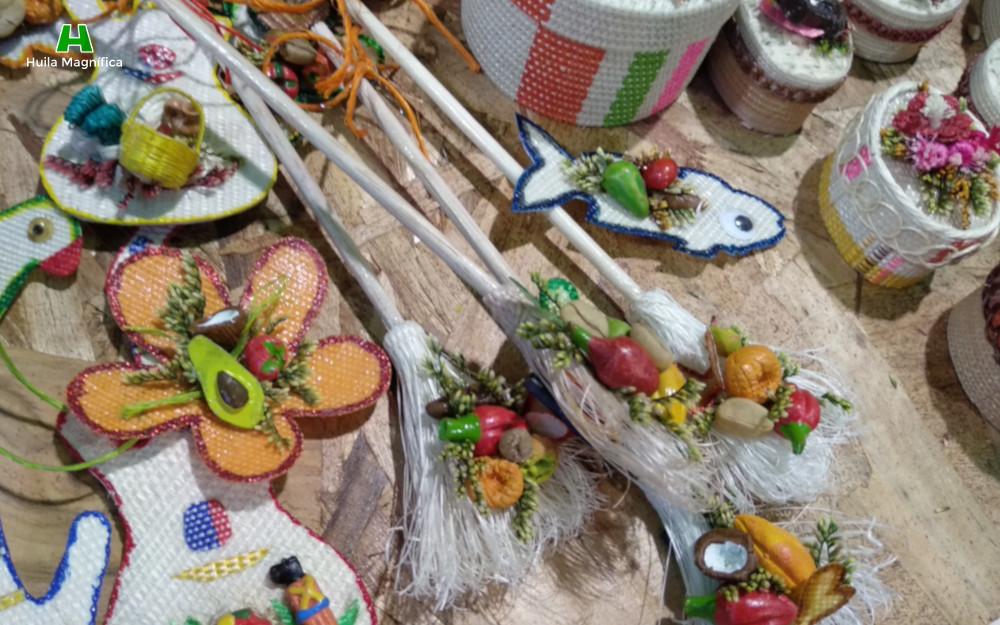 Escobas tradicionales en fique con adornos en fique