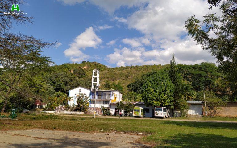 Parroquia San Antonio de Padua, detrás en la montaña queda ubicado el cerro de la Virgen
