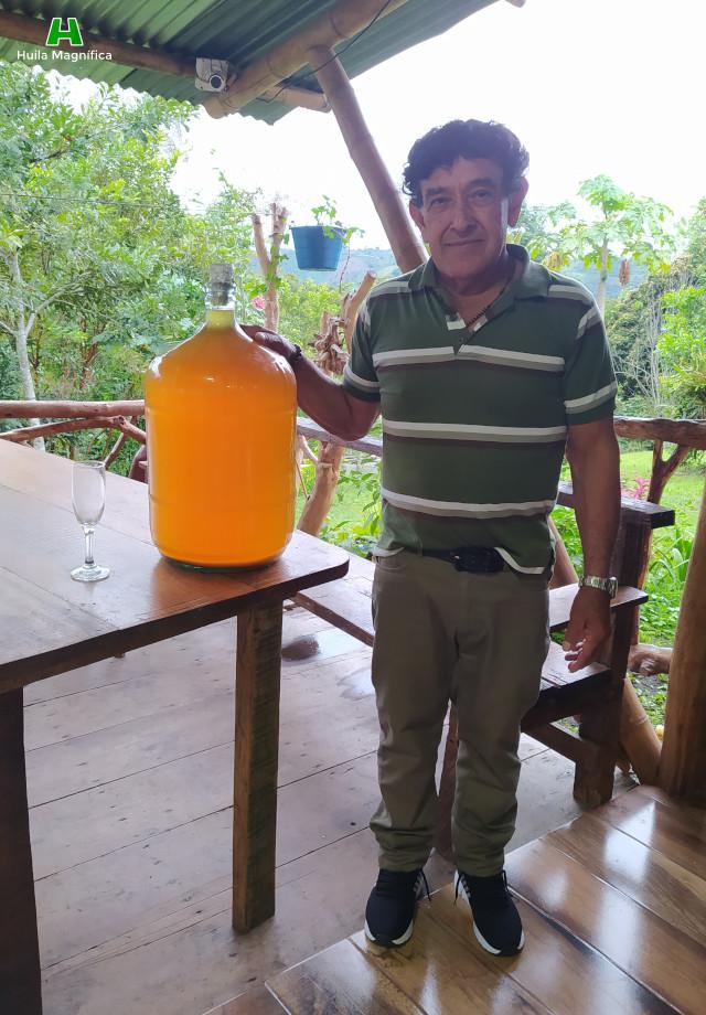 Vino de Naranja almacenado en recipiente de vidrio