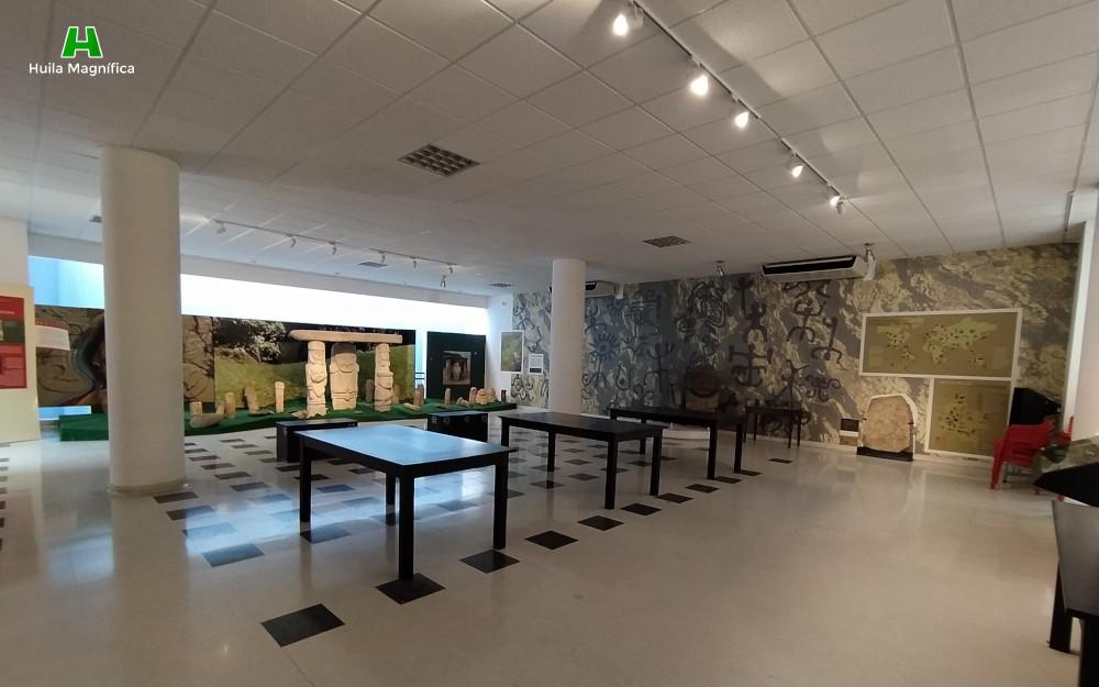 Sala de representación estatuaria y petroglifos