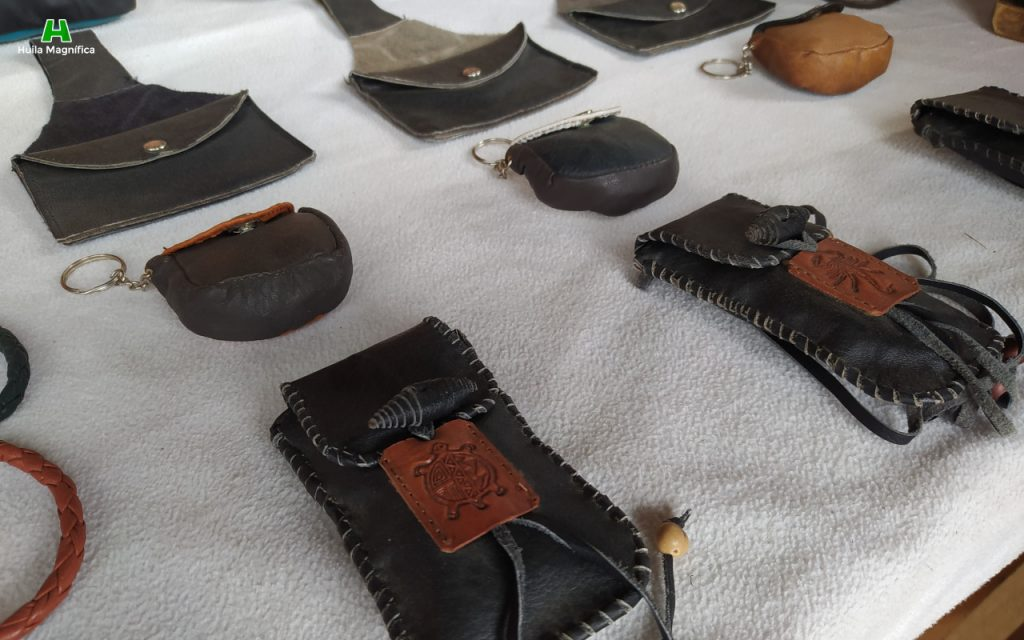 En cuero, grabado y tejido a mano